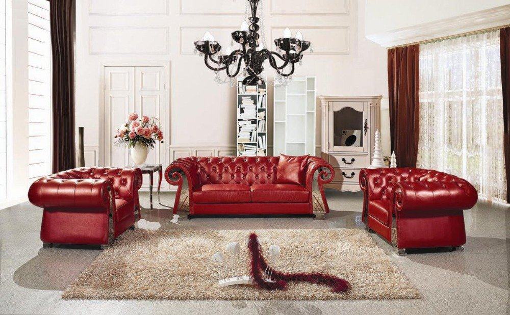 Неоклассическая гостиная с красной мебелью