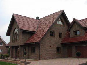 Кирпичный дом с крышей из черепицы