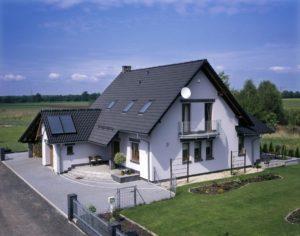 Белый дом с тёмной черепичной крышей