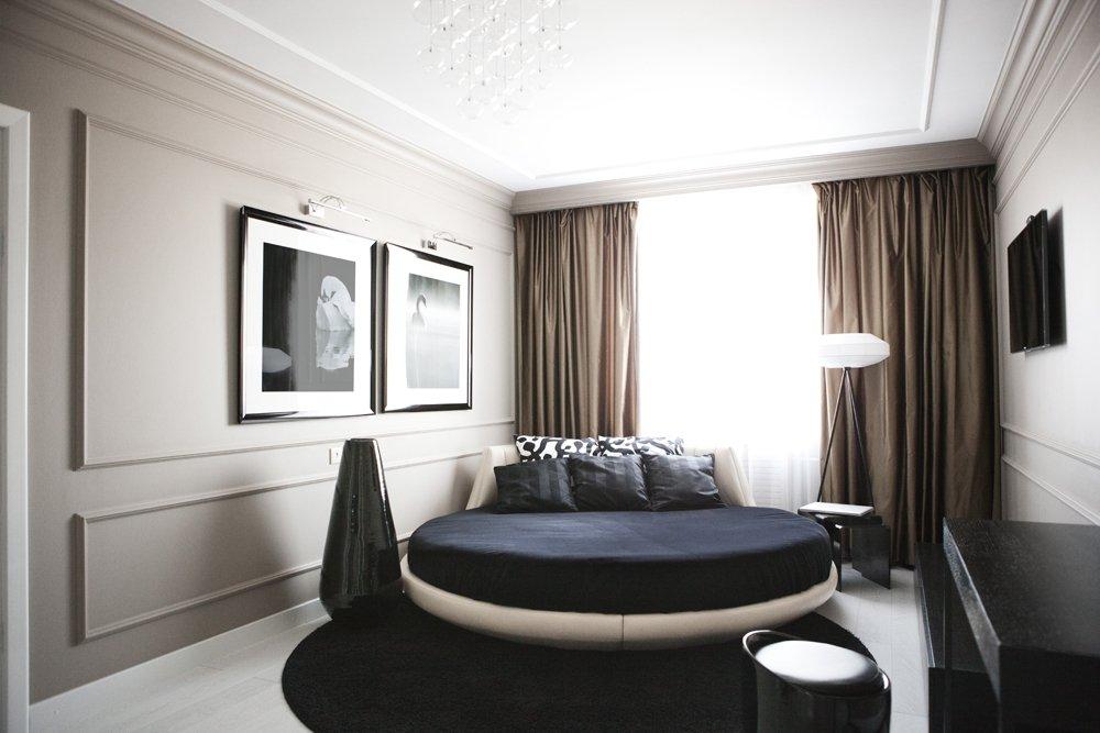 Коричневый и чёрный цвета элементов декора в бежевой спальне