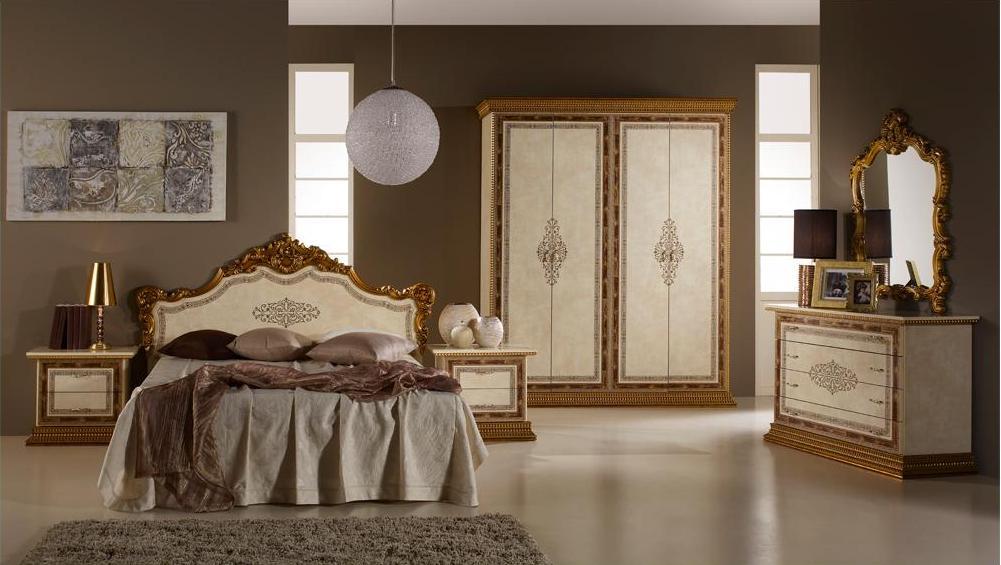 Светлая мебель с фрагментами золоистого цвета в бежевой спальне