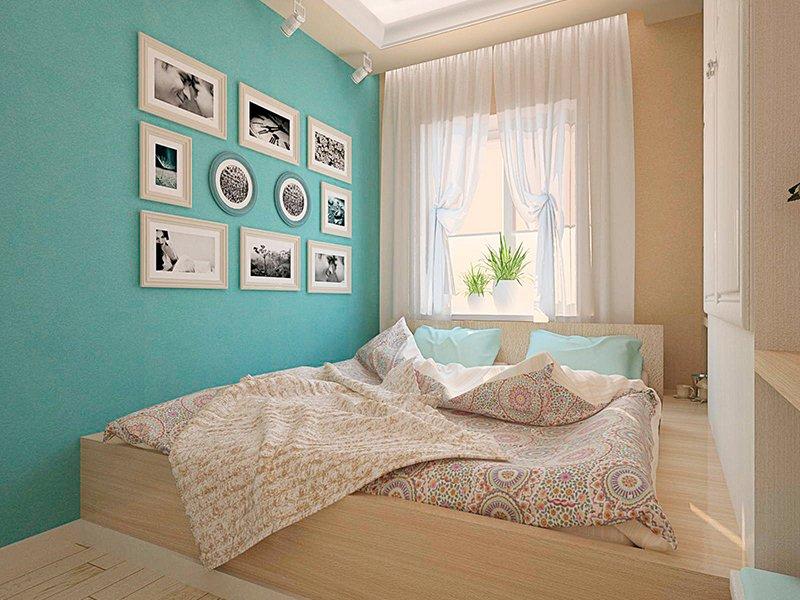 Спальня с фрагментом стены голубого цвета