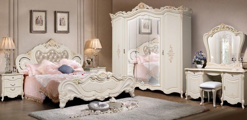 Спальня с массивной инкрустированной мебелью цвета слоновой кости