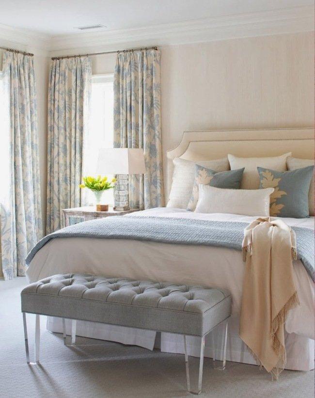 Текстиль голубого и серого цветов в бежевой спальне