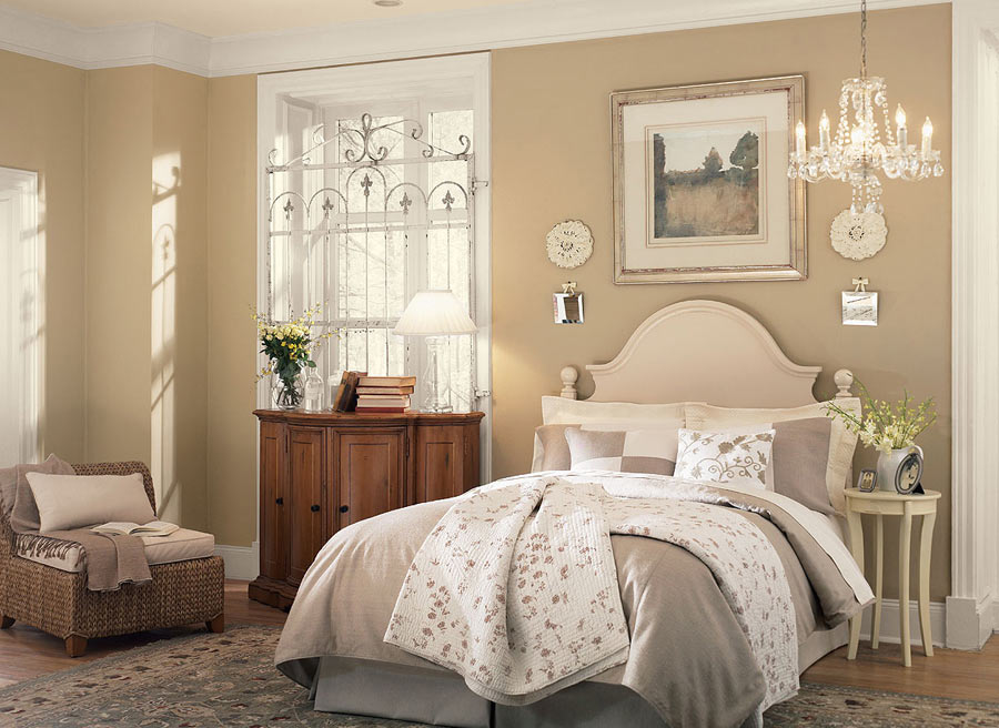 Комод и кресло более тёмного цвета в бежевой спальне