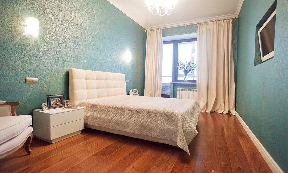 Обои бирюзового цвета с бежевым рисунком в спальне