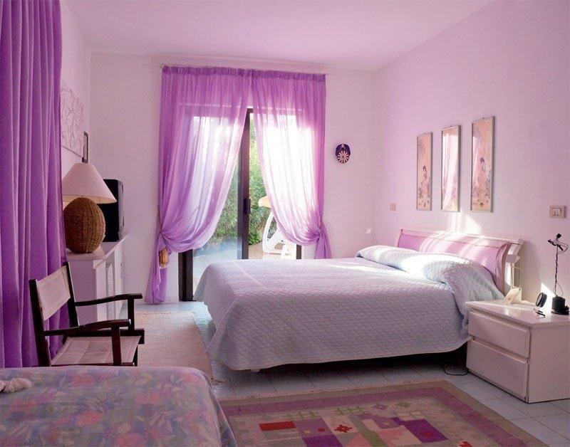 Спальня для девушки в бежево-фиолетовых тонах