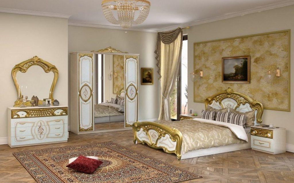 Бежевая спальня с элементами декора золотого цвета