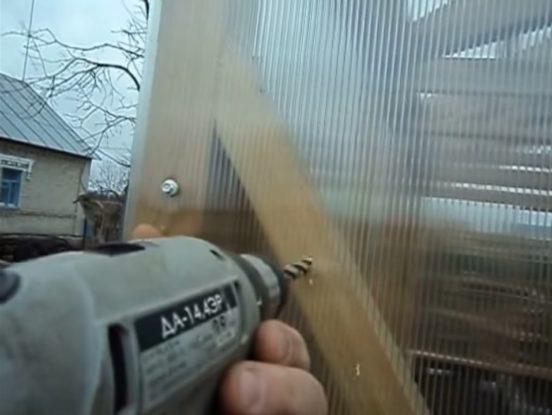 Процесс крепления поликарбоната к деревянной теплице