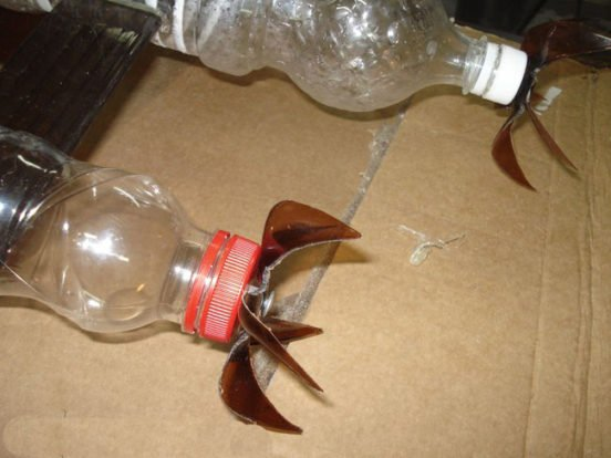 Накручиваем на бутылки крышечки