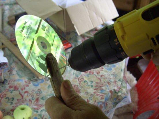 Вставляем туда компакт-диск