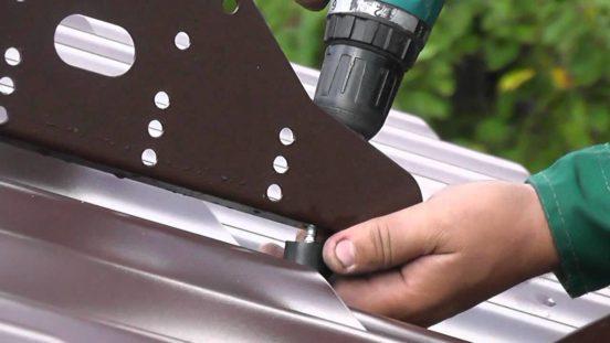 Установка системы снегозадержания на металлочерепичную крышу