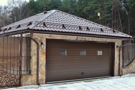 Вальмовая крыша гаража из металлочерепицы