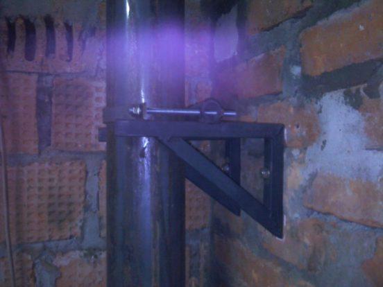 Крепление дымохода из стали