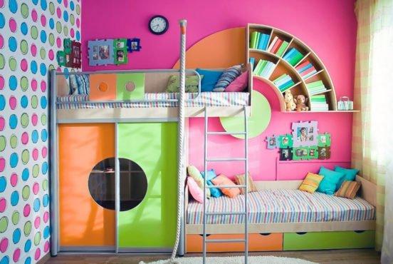 Интерьер детской комната с яркими цветами