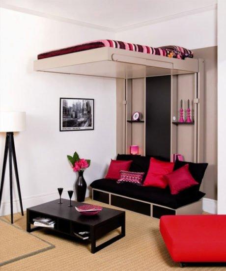 Кровать, поднимающаяся к потолку