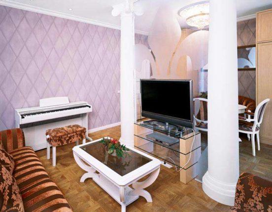 Телевизор в центре гостиной