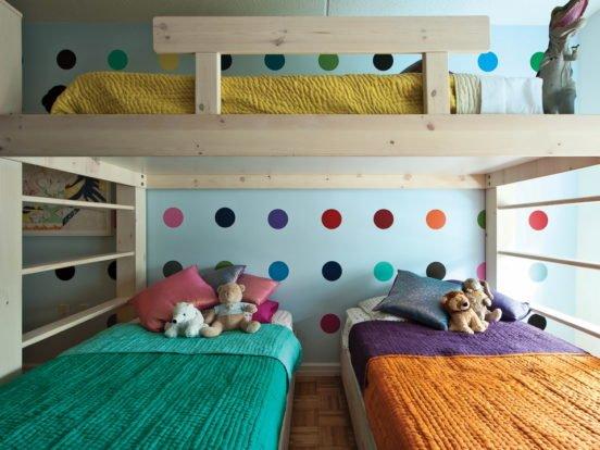Двухъярусное расположение трёх кроватей