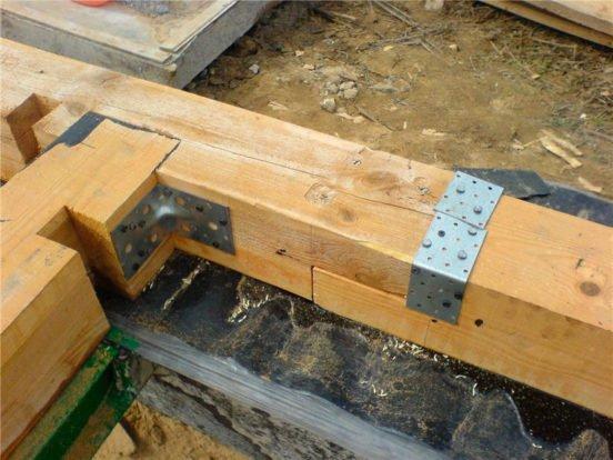Обвязка фундамента брусом с соединением по длине