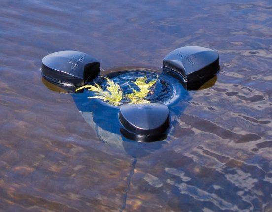 Скиммер на поверхности пруда