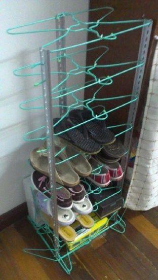Полка для обуви из вешалок