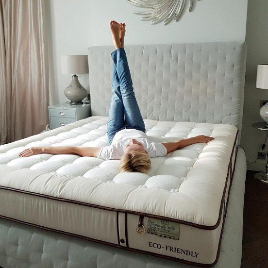 Гагарина на кровати