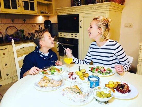 Полина Гагарина кормит сына