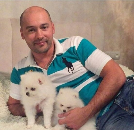 Черкасов в своей квартире с собаками