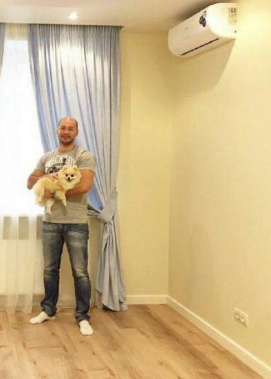 Андрей Черкасов в своей квартире
