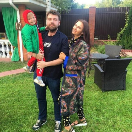 Эвелина Блёданс с мужем и сыном