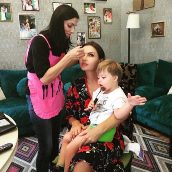 Эвелина Блёданс с сыном и стилистом