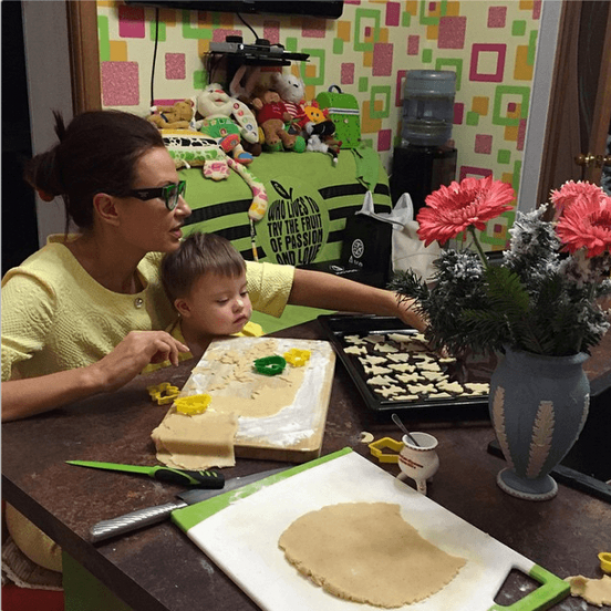 Эвелина Блёданс с сыном готовят печенье