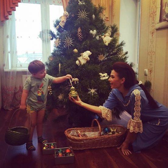 Эвелина Блёданс с сыном наряжают ёлку