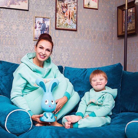 Эвелина Блёданс с сыном на роскошном голубом диване