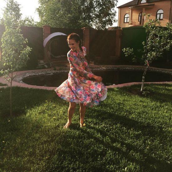 Эвелина Блёданс у своего дома