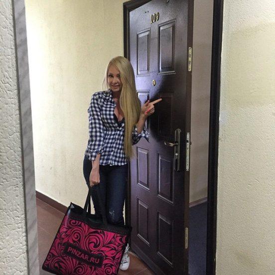 Дарья Пынзарь у двери совей квартиры под Москвой