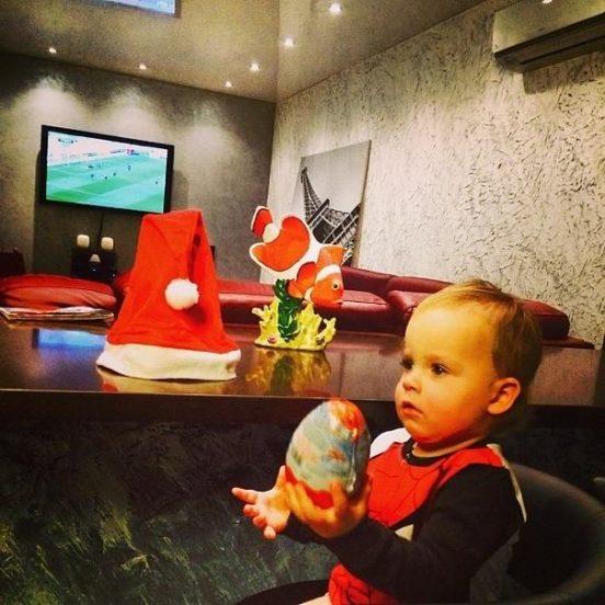 Ребёнок четы Пынзарь в гостиной