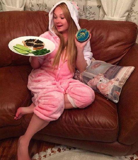 Дарья Пынзарь дома на диване