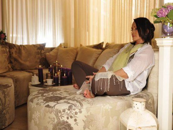 София Ротару на диване — фото квартиры в Москве