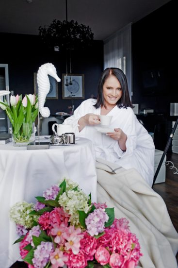 София Ротару пьёт кофе