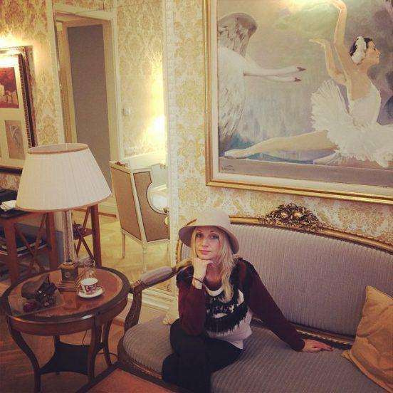 Кристина Орбакайте на диване