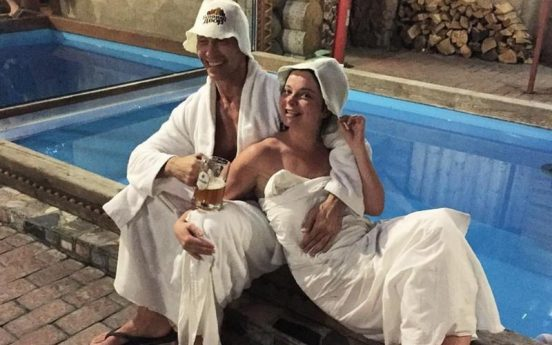 Наташа Королёва у бассейна