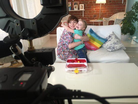 Фото Тутты Ларсен с дочерью в домашнем интерьере