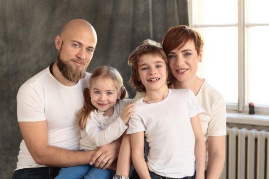 Тутта Ларсен с мужем и детьми дома