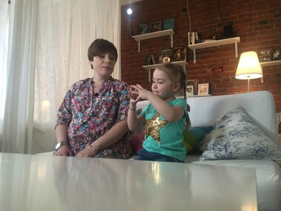 Тутта Ларсен с дочерью в своём доме