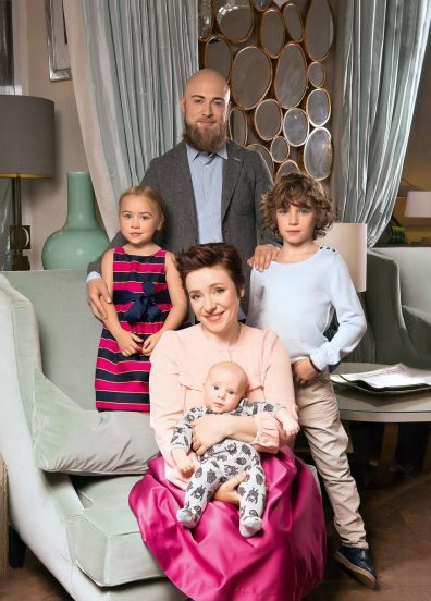 Тутта Ларсен дома с семьёй