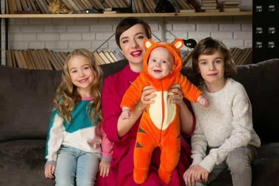 Тутта Ларсен дома с детьми