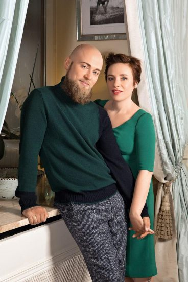 Тутта Ларсен дома с мужем