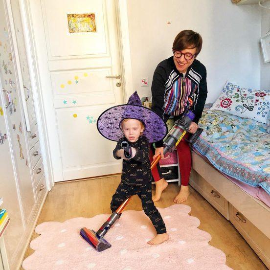 Тутта Ларсен с ребёнком дома