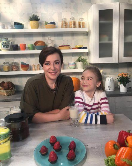 Тутта Ларсен с дочерью на кухне